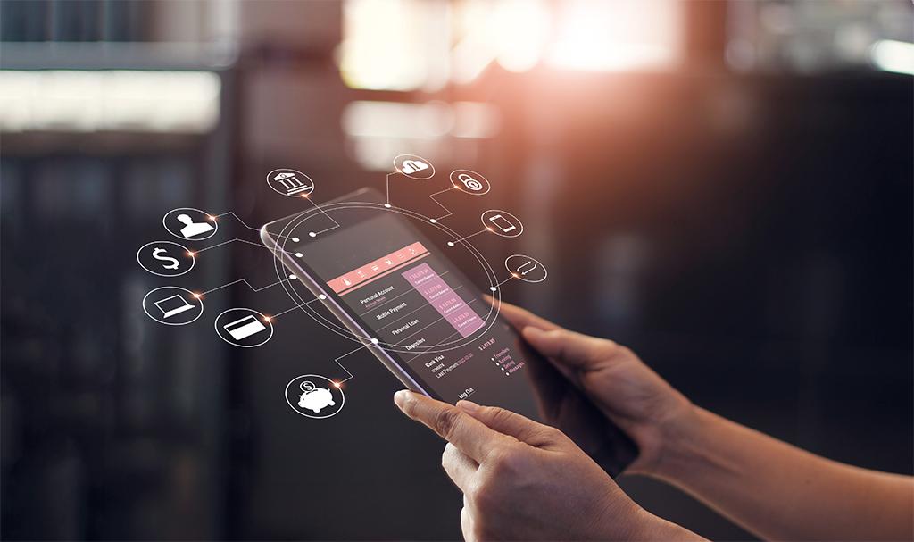 Mãos seguram um dispositivo mobile realizando transação online